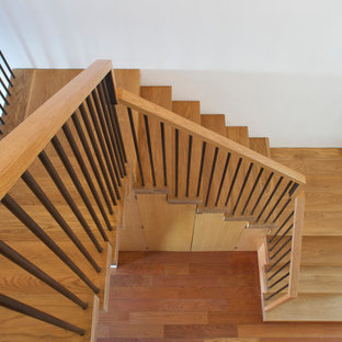 Foto de escalera en L, actual, de tamaño medio, con escalones de madera y contrahuellas de madera