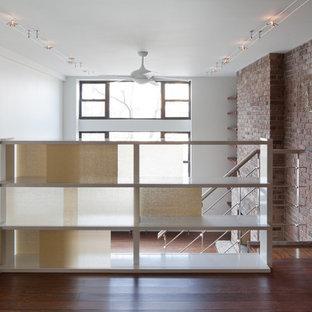 Immagine di una scala moderna con pedata in legno