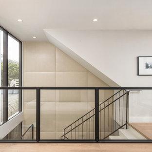 Создайте стильный интерьер: большая п-образная лестница в современном стиле с ступенями из известняка, подступенками из известняка и перилами из смешанных материалов - последний тренд