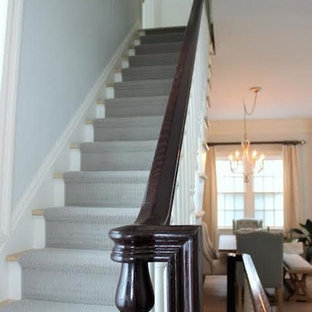 ニューヨークの中くらいの木のトランジショナルスタイルのおしゃれな直階段 (フローリングの蹴込み板) の写真