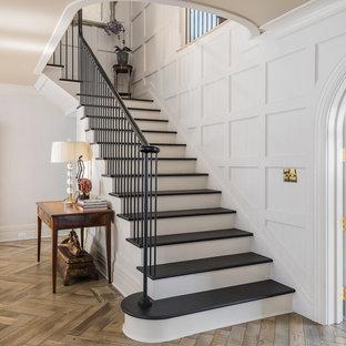 Klassische Treppe in L-Form mit gebeizten Holz-Treppenstufen und gebeizten Holz-Setzstufen in New York