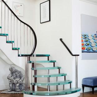 Modelo de escalera curva, contemporánea, grande, sin contrahuella, con escalones de vidrio