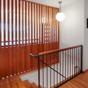 Foto de escalera retro con escalones de madera