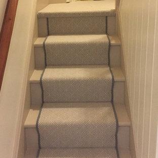 Imagen de escalera en U, contemporánea, con escalones enmoquetados, contrahuellas enmoquetadas y barandilla de madera