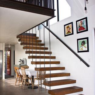 Modelo de escalera recta, actual, de tamaño medio, con escalones de madera