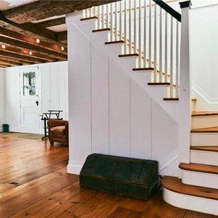 Imagen de escalera en L y machihembrado, clásica, de tamaño medio, con escalones de madera, contrahuellas de madera pintada, barandilla de madera y machihembrado
