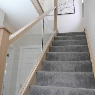 Modelo de escalera recta, contemporánea, pequeña, con escalones enmoquetados, contrahuellas enmoquetadas y barandilla de vidrio