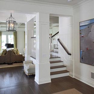 """Idee per una scala a """"L"""" classica di medie dimensioni con pedata in legno, alzata in legno verniciato e parapetto in legno"""