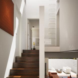 Foto de escalera en U, minimalista, pequeña, con escalones de madera y contrahuellas de madera
