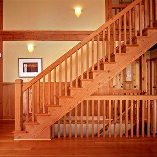 Imagen de escalera recta, de estilo de casa de campo, grande, con escalones de madera y contrahuellas de madera