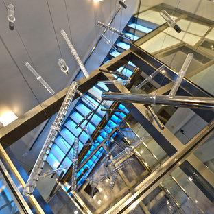 Cette image montre un grand escalier sans contremarche design avec des marches en verre.