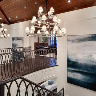 Imagen de escalera en U, tradicional renovada, grande, con escalones de madera y contrahuellas de madera pintada