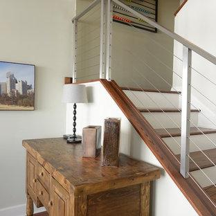 Ejemplo de escalera en U, actual, con escalones de madera y contrahuellas de madera pintada