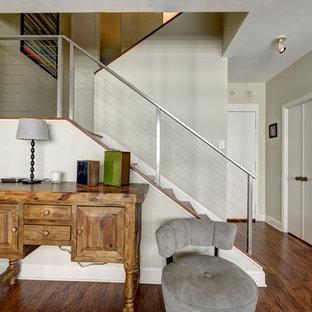 Ejemplo de escalera en U, contemporánea, con escalones de madera y contrahuellas de madera pintada