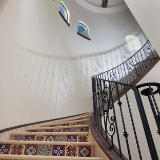 Bild på en stor medelhavsstil svängd trappa, med klinker och sättsteg i kakel