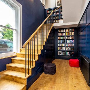 サリーの大きい木のトランジショナルスタイルのおしゃれな直階段 (木の蹴込み板、木材の手すり) の写真