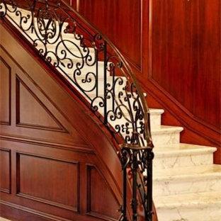 Diseño de escalera curva, clásica, con escalones con baldosas y contrahuellas con baldosas y/o azulejos