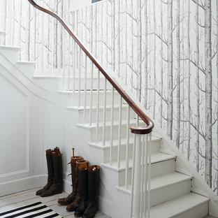 На фото: угловая лестница в скандинавском стиле с крашенными деревянными ступенями и крашенными деревянными подступенками с
