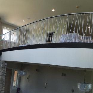 Foto de escalera de caracol, rústica, grande, con escalones de madera y contrahuellas de metal