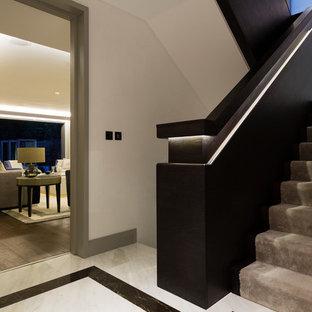 Diseño de escalera recta, contemporánea, de tamaño medio, con escalones enmoquetados y contrahuellas de madera