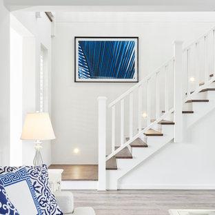 Immagine di una piccola scala a rampa dritta chic con pedata in legno e alzata in legno