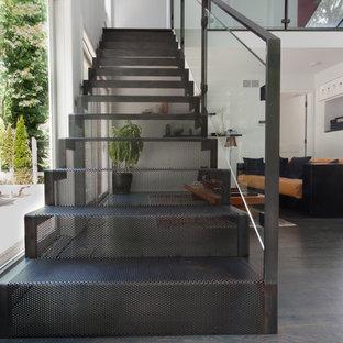 Modelo de escalera recta, actual, de tamaño medio, con escalones de metal y contrahuellas de metal