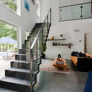 Diseño de escalera recta, contemporánea, de tamaño medio, con escalones de metal y contrahuellas de metal