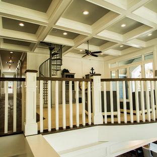 На фото: лестница среднего размера в морском стиле с деревянными перилами
