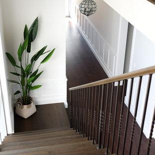 Diseño de escalera recta, rústica, con escalones de madera, contrahuellas de madera y barandilla de varios materiales