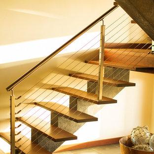 ハワイのアジアンスタイルのおしゃれな階段の写真