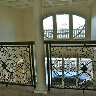 タンパの地中海スタイルのおしゃれな階段の写真