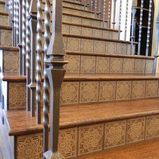 ダラスの木のトラディショナルスタイルのおしゃれな直階段 (タイルの蹴込み板、金属の手すり) の写真