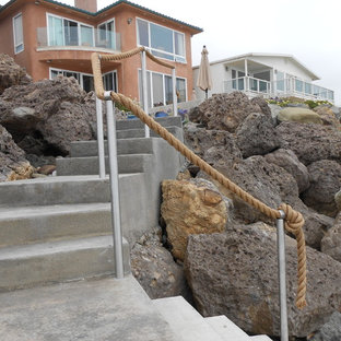 Foto di una scala curva stile marino di medie dimensioni con pedata in cemento e alzata in cemento