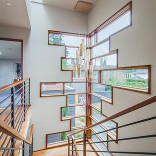 Inspiration för mellanstora moderna u-trappor i trä, med sättsteg i trä