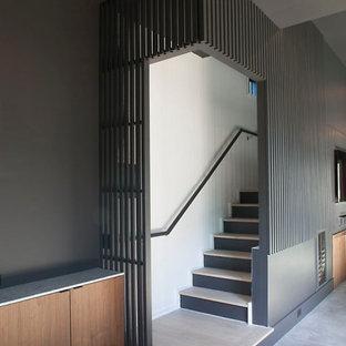 Imagen de escalera recta y panelado, minimalista, con escalones de madera, contrahuellas de madera, barandilla de madera y panelado