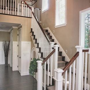 Diseño de escalera en U, tradicional, con escalones de madera y contrahuellas de madera
