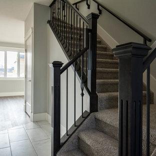 Inspiration för en mellanstor vintage l-trappa, med heltäckningsmatta, sättsteg med heltäckningsmatta och räcke i flera material