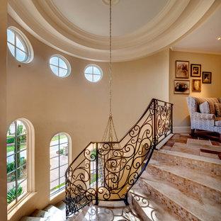 Foto de escalera curva, mediterránea, de tamaño medio, con contrahuellas con baldosas y/o azulejos