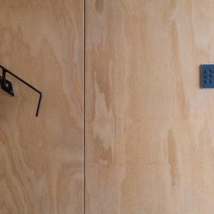 Modelo de escalera recta y panelado, industrial, pequeña, con escalones enmoquetados, contrahuellas enmoquetadas, barandilla de metal y panelado