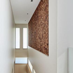 Diseño de escalera recta, contemporánea, de tamaño medio, sin contrahuella, con escalones de piedra caliza