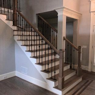 Modelo de escalera en L, tradicional renovada, de tamaño medio, con escalones de madera, contrahuellas de madera pintada y barandilla de varios materiales