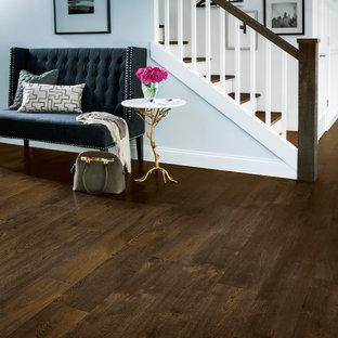 Modelo de escalera recta, romántica, de tamaño medio, con escalones de madera, contrahuellas de madera pintada y barandilla de madera