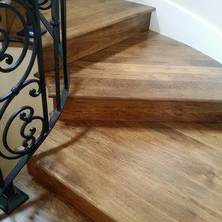 Foto de escalera de caracol, rústica, de tamaño medio, con escalones de madera y contrahuellas de madera