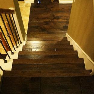 ヒューストンのトラディショナルスタイルのおしゃれな階段の写真