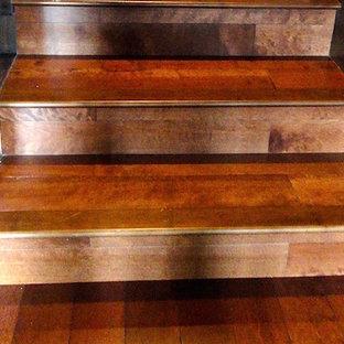 バンクーバーの中くらいの木のサンタフェスタイルのおしゃれなかね折れ階段 (木の蹴込み板、木材の手すり) の写真
