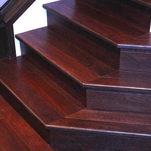 バンクーバーの中くらいの木のおしゃれな折り返し階段 (木の蹴込み板、木材の手すり) の写真