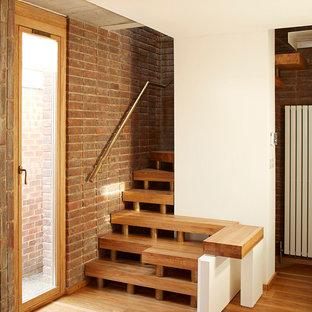 Ejemplo de escalera en L, escandinava, sin contrahuella, con escalones de madera