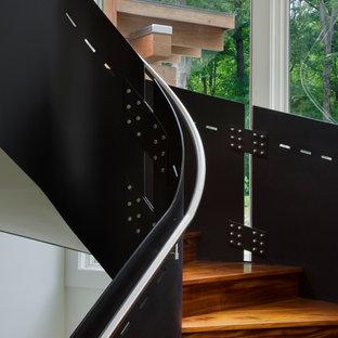 ニューヨークの木のコンテンポラリースタイルのおしゃれなサーキュラー階段 (木の蹴込み板) の写真