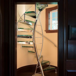 ニューヨークの中サイズのガラスのコンテンポラリースタイルのおしゃれな階段 (金属の手すり) の写真
