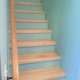 ポートランドの小さい木のコンテンポラリースタイルのおしゃれなかね折れ階段 (フローリングの蹴込み板) の写真